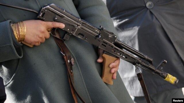 Seorang polisi wanita Afghanistan (ANP) memegang senjatanya saat berada di pusat pelatihan tentara German Bundeswehr Marmal di Mazar-e-Sharif, Afghanistan, 11 Desember 2012 (Foto: dok). Seorang penasehat AS dilaporkan tewas ditempak tentara wanita di markas besar kepolisian di Kabul, Senin (24/12).
