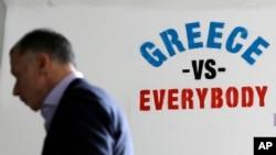 지난 5일 그리스 아테네 외곽의 한 은행에 그리스와 국제채권단의 협상을 '대결'로 묘사한 낙서가 쓰여있다.