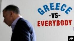 Hình vẽ trên tường bên ngoài của ngân hàng ở Athens. Các giới chức tài chính Châu Âu nói các đề nghị cải cách kinh tế của Hy Lạp không toàn diện và cho biết họ đang mất dần kiên nhẫn với Athens.