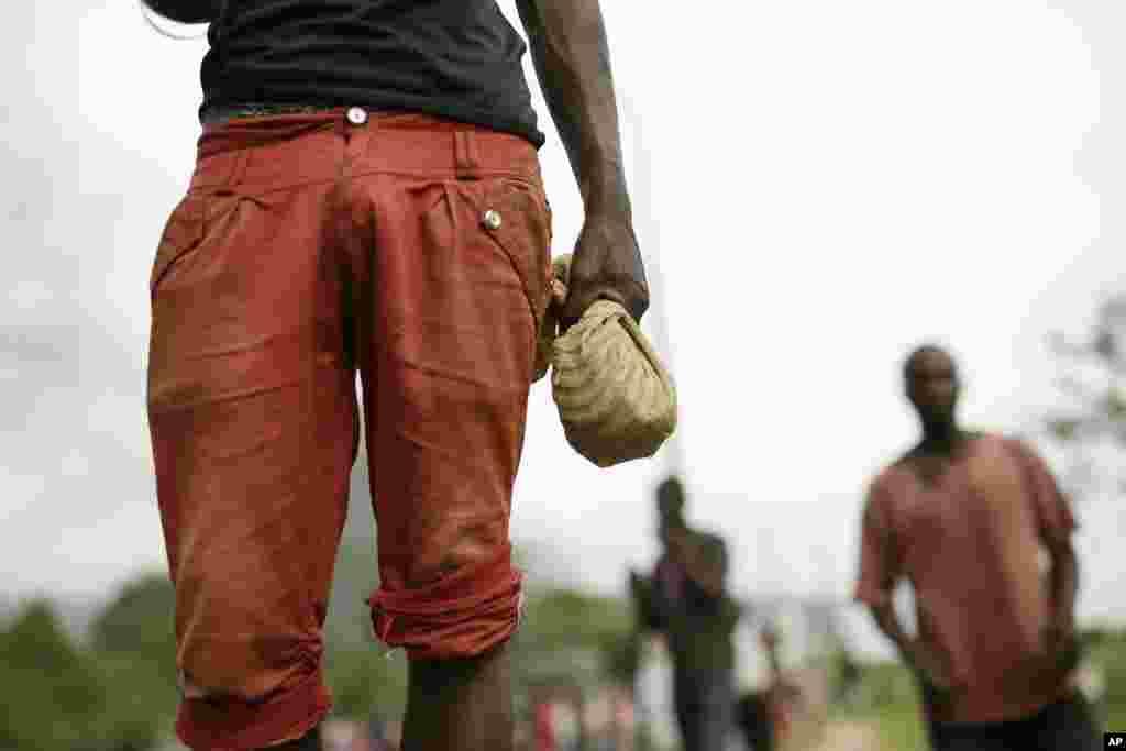Un manifestant, sac de spierres en main, défie la police anti-émeute dans le quartier Musaga de Bujumbura, au Burundi, lundi 4 mai 2015.