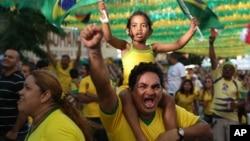 ဘရာဇီးလ္လက္ေရြးစင္ Neymar က ကမ္မရြမ္းကို ဒုတိယေျမာက္ဂိုးသြင္းခ်ိန္မွာ တီဗီြကတဆင့္ ၾကည့္ေနၾကတဲ့ ပရိသတ္ ေအာင္ပဲြခံေနစဥ္။(ဂၽြန္ ၂၃၊ ၂၀၁၄)