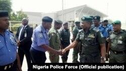 L'inspecteur général de la police nigériane, Ibrahim K. Idris, passe ses troupes en revue, Nigeria, 19 février 2018.