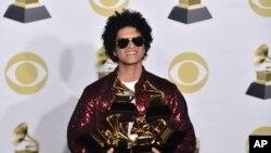 Bruno Mars con sus premios Grammy a Mejor Álbum de R&B, Grabación del Año, Álbum del Año y Canción del Año en el Madison Square Garden. Nueva York, 28/1/18.