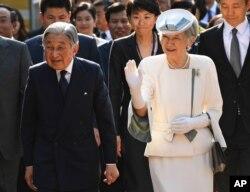 일본의 아키히토 천황과 미치코 왕비 부부.