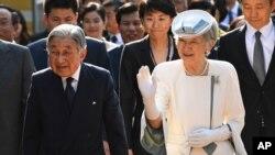 Anperè Japon an Akihito, agoch, ak Anperèz Michiko Vyetnam. 4 mas 2017.
