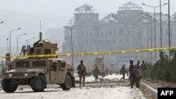 Các binh sĩ Hoa Kỳ canh gác hiện trường vụ đánh bom tự sát tại Kabul, Afghanistan, Thứ Bảy 29/10/2011