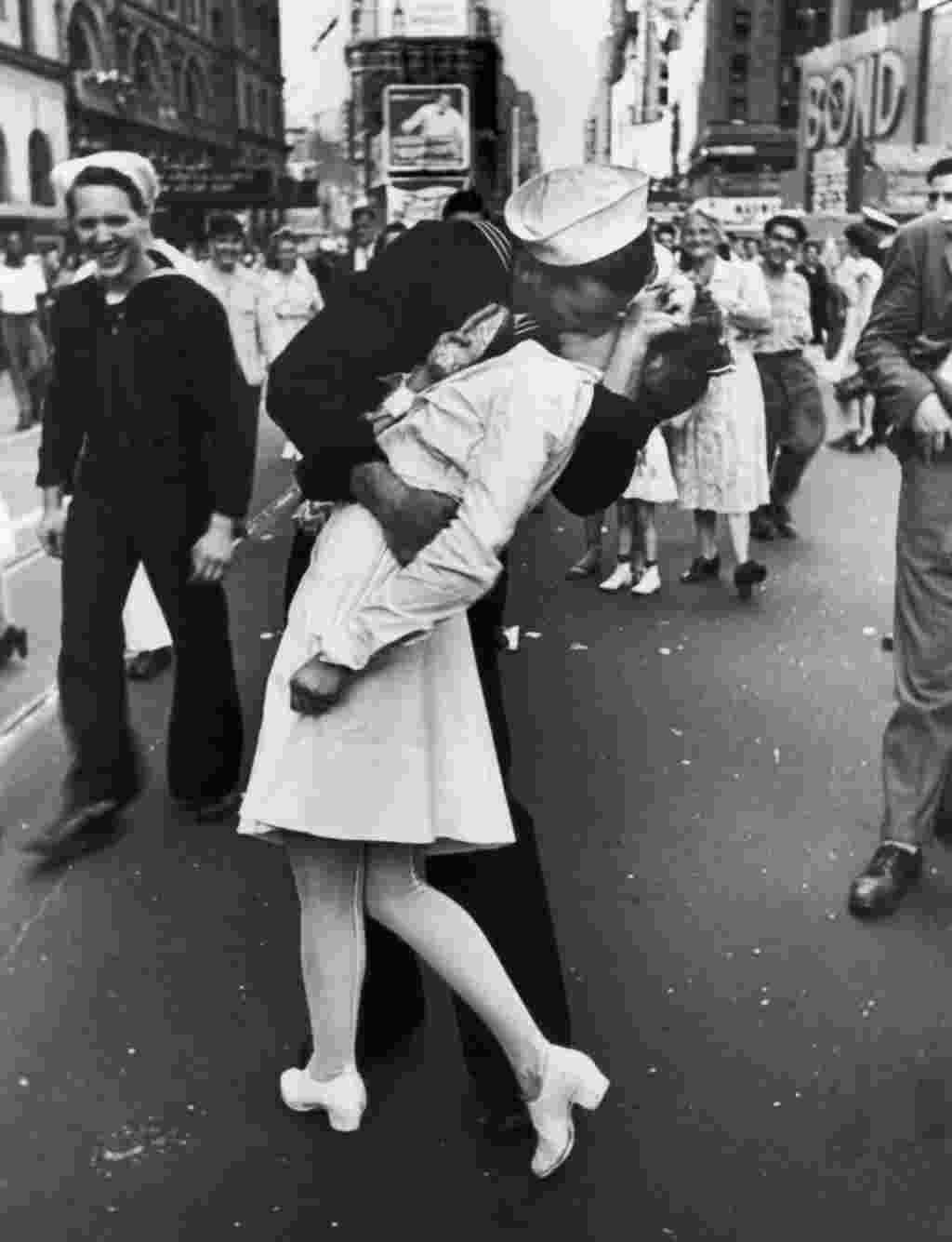 """კოცნა გამარჯვების დღეს თაიმსის მოედანზე გამარჯვების დღეს გადაღებული ეს ფოტო მსოფლიოში ერთ-ერთი ყველაზე ცნობილი კადრია, რომელიც კოცნის ეპიზოდს ასახავს. ფოტო 1945 წლის 14 აგვისტოს თაიმსის მოედანზე არის გადაღებული. დღეს როცა მეორე მსოფლიო ომის დასრულება გამოცხადდა. ფოტოს ავტორი ალფერდ ეიზენშტატია. კადრში კი მეზღვაური სახელად ჯორჯ მენდოზა და ექთანი გრეტა ზიმერი ჩანან. როგორც მოგვიანებით გაირკვა, მენდოზა ნასვამი იყო და ზიმერს დაუკითხავად აკოცა. """" ეს არ იყო ჩემი სურვილი, ბიჭი უბრალოდ მოვიდა და მაკოცა"""""""