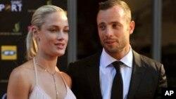 အိုလံပစ္ အေျပးသမား (စြတ္စြဲခံရသူ) Oscar Pistorius နဲ႔ ေမာ္ဒယ္ ခ်စ္သူ (ေသဆံုးသူ) Reeva Steenkamp တို႔ကို ေတာင္အာဖရိက က ဆုေပးပြဲ အခမ္းအနားတခု တြင္ ေတြ႔ရစဥ္။ ( ႏိုဝင္ဘာလ ၄၊ ၂၀၁၂)