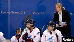 Tim hoki es Korea bersatu bersama pelatih Sarah Murray, dalam laga melawan tim Swiss di Olimpiade Musim Dingin Pyeongchang, Gangneung, Korea Selatan, 18 Februari 2018.
