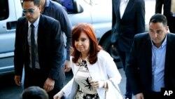La vicepresidenta electa y expresidenta de Argentina Cristina Fernández de Kirchner llega a una corte en Buenos Aires, el lunes 2 de diciembre de 2019.