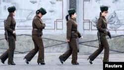 Shimoliy koreyalik askar ayollar xizmatda.