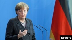 Almanya Başbakanı Angela Merkel Berlin'de Ukrayna kriziyle ilgili soruları yanıtlarken