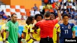 Le Colombien Carlos Sanchez est expulsé par l'arbitre Damir Skomina, lors du Mondial 2018, le 19 juin 2018.