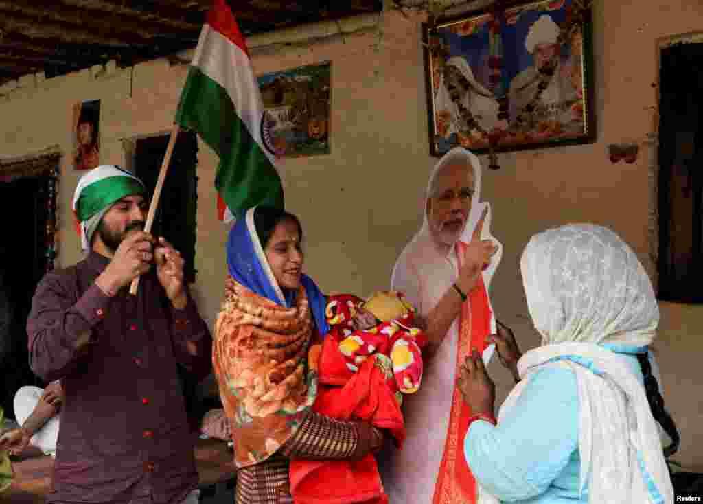 نئی دہلی کے مضافاتی علاقے میں رہائش پذیر مہاجرین نے کیمپوں میں معمول کی زندگی گزارنا شروع کردی ہے۔ایشور لال اور ان کی اہلیہ آرتی دیوی بھی اپنی نومولود بیٹی اور والدہ کے ہمراہ نئی دہلی کے عارضی کیمپ میں مقیم ہیں۔