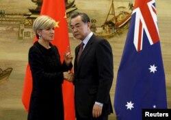 Ngoại trưởng Australia Julie Bishop nói chuyện với Ngoại trưởng Trung Quốc Vương Nghị tại Bắc Kinh, ngày 17/2/2016.