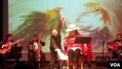 """Durante la interpretación del tema """"El gallo camarón"""" que muestra una de las tradiciones del Perú como son las peleas de gallo."""