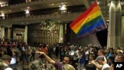 La comunidad gay celebró la decisión del senado estatal de Hawaii que autorizó los matrimonios entre homosexuales.
