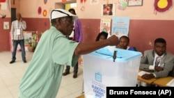 Um eleitor descarrega o voto numa urna, em Luanda. 23 de Agosto, 2017. Angola