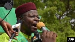 L'ancien président du Niger, Mahamane Ousmane, s'exprime lors d'une marche à Niamey le 15 juin 2014.