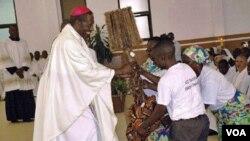 Arcebispo do Saurimo, Dom José Manuel Imbamba, recebe uma prenda dos seus diocesanos (Foto de arquivo)