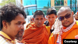 Mr. Ouch Leng meets with supporters outside Kratie Provincial court on Sunday, March 15, 2020. (Courtesy of Solidarity House Confederation)
