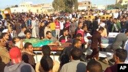 Người bị thương được di tản khỏi hiện trường vụ tấn công nhà thờ Hồi giáo ở Bir al-Abd, phía bắc bán đảo Sinai của Ai Cập, ngày 24 tháng 11, 2017.