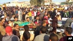 مسجد پر دہشت گرد حملے کے بعد زخمیوں کو اسپتال لے جایا جا رہا ہے۔ 24 نومبر 2017