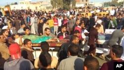Heridos son evacuados de una mezquita que fue atacada por militantes en Bir al-Abd en el norte de la península del Sinaí, Egipto, el viernes, 24 de noviembre de 2017.