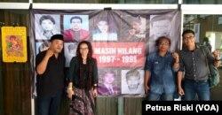 Aktivis Gusdurian, IKOHI serta akademisi di depan poster aktivis reformasi 98 yang diculik, mendesak pemerintah segera menuntaskan kasus orang hilang di Indonesia.