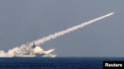中国海军2013年10月17日在山东青岛附近的海域举行制导导弹实弹演习。