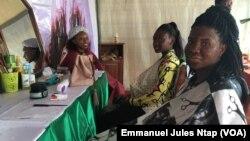 Des visiteurs de Festicacao, découvrent le soin de visage à base de la poudre de cacao, à Yaoundé, le 10 août 2019. (VOA/Emmanuel Jules Ntap)