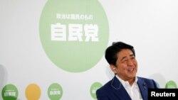 지난 10일 참의원 선거 개표 진행중 집권 자민당의 승리가 확실시되자 웃고 있는 아베 신조 일본 총리.