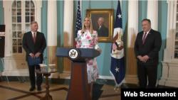 Cố vấn Tổng thống Ivanka Trump phát biểu hôm 25/6/2020, cùng Ngoại trưởng Hoa Kỳ Mike Pompeo (phải), và Đại sứ John Richmond, trong lễ công bố phúc trình thường niên 2020 về Buôn người. Photo US Department of State via YouTube.