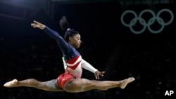 2016年8月9日,美國女子體操隊運動員西蒙·拜爾斯在里約奧運會平衡木比賽中。