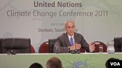 Pemimpin delegasi Amerika, Todd Stern berbicara dalam konferensi pers di KTT Iklim PBB di Durban, Afrika Selatan (8/12).