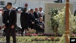 Le président algérien Abdelaziz Bouteflika en chaise roulante arrive pour assister à l'inauguration officielle du métro d'Alger, en Algérie, le 9 avril 2018.