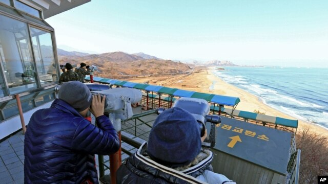 Dân Hàn Quốc dùng ốm nhòm nhìn sang Bắc Triều Tiên sau khi có tin về vụ vụ phóng hỏa tiễn, ngày 12/12/2012.