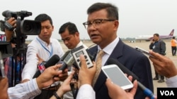 Cambodian Education Minister Mr. Hang Choun Naron talks to reporters after the departure of US First Lady Michelle Obama at Siem Reap International Airport, Sunday, March 22, 2015. (Neou Vannarin/VOA Khmer)