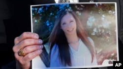 Amigos y familiares realizaron una vigilia fuera del hospital donde se encuentra la joven Claire Davis luchando por su vida.