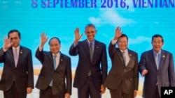 라오스 비엔티안에서 8일 열린 미-아세안 정상회의에서 각국 정상들이 단체 기념촬영을 하고 있다. 왼쪽부터 쁘라윳 찬-오차 태국 총리, 응우옌 쑤억 푹 베트남 총리, 바락 오바마 미국 대통령, 통룬 시술릿 라오스 총리, 훈센 캄보디아 총리.