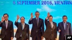 ປ. ສະຫະລັກ ທ່ານໂອບາມາ, ກາງ, ຍົກມືໃນກອງປະຊຸມສຸດຍອດ (ASEAN).