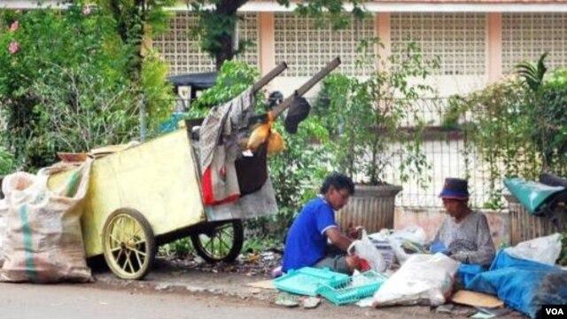 Pemulung, salah satu potret kemiskinan di Jakarta. LSM mengimbau agar pemerintah tidak mengeluarkan kebijakan yang menyulitkan masyarakat kurang mampu