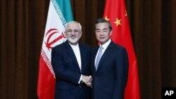 中国外长王毅与伊朗外长扎里夫在北京举行双边会谈前握手 (2015年9月15日)