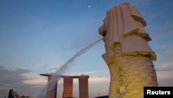 Patung Merlion, yang merupakan ciri khas kota Singapura, dengan latar depan daerah Marina Bay (Foto: REUTERS/Vivek Prakash).