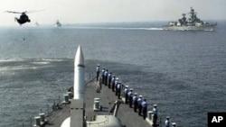 印度海军舰艇和直升机参加在孟买海岸外的阿拉伯海举行的海军演习(资料照)