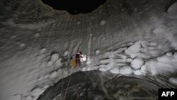 تلاش دانشمندان برای یافتن دلیل ایجاد این حفرهها تا کنون به نتیجۀ قطعی نرسیده است