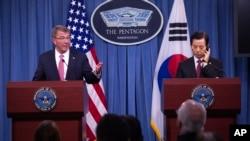지난달 20일 미국 워싱턴에서 애슈턴 카터 미국 국방장관(왼쪽)과 한민구 한국 국방장관이 공동기자회견을 가졌다.