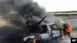반군의 공격으로 불타는 가다피 세력의 대공포 차량