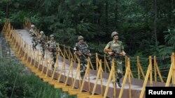 지난 8월 인도 측 카슈미르 지역에서 군인들이 경계 근무 중이다. (자료사진)