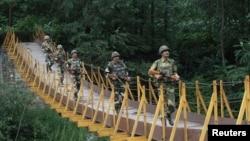 Pasukan penjaga perbatasan India melakukan patroli di Kashmir, dekat perbatasan Pakistan (foto: dok). Persoalan Kashmir menjadi isu sensitif hubungan India-Pakistan.